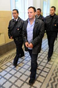 Damu Roland magyar színész megbilincselve megy a Pesti Központi Kerületi Bíróságon 2010. november 20-án, miután 30 napos előzetes letartóztatásba helyezték