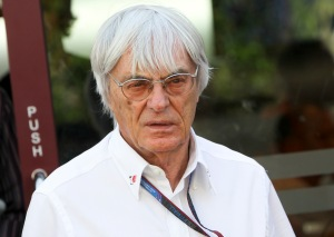 Bernie Ecclestone brit üzletember, a Formula–1 autóverseny-sorozatot irányító cégcsoportok legfontosabb vezetője