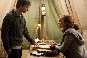 Daniel Radcliffe és Emma Watson brit színészek a Harry Potter és a Halál ereklyéi (Harry Potter and the Deathly Hallows ) című film első részében