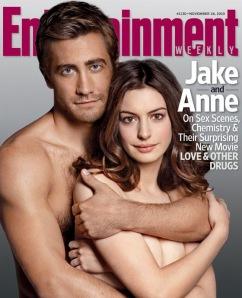 Jake Gyllenhaal amerikai színész és Anne Hathaway amerikai színésznő az Entertainment Weekly című amerikai lap 2010. november 26-i címlapján