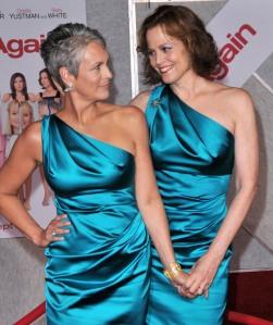 Jamie Lee Curtis és Sigourney Weaver amerikai színészőnők a Már megint Te (You Again) című film premierjén Los Angelesben 2010. szeptember 22-én