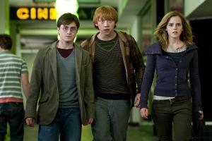 Daniel Radcliffe, Rupert Grint és Emma Watson brit színészek a Harry Potter és a Halál ereklyéi (Harry Potter and the Deathly Hallows ) című film első részében