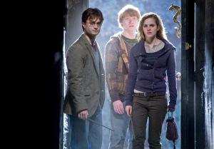 Daniel Radcliffe, Rupert Grint és Emma Watson brit színészek a a Halál ereklyéi 1. (Harry Potter and the Deathly Hallows: Part I) című film egyik jelenetében