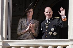 II. Albert, Monaco uralkodó hercege és dél-afrikai menyasszonya, Charlene Wittstock integet a hercegi palota erkélyéről a monacói nemzeti ünnepen 2010. november 19-én