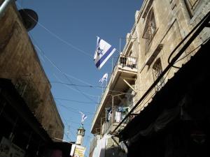 Utca nemzeti lobogóval Jeruzsálemben - Mészáros Márton felvétele -
