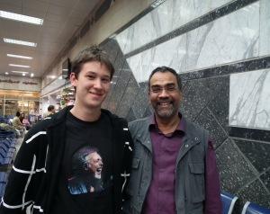 A blog főszerkesztője és Joshi Bharat a tabai repülőtéren Egyiptomban - Mészáros Márton felvétele -