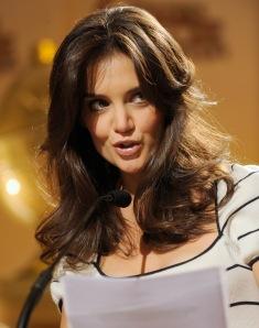 Katie Holmes amerikai színésznő bejelenti a Golden Globe-díjak jelöltjeinek névsorát Los Angelesben 2010. december 14-én