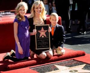 Reese Witherspoon Oscar-díjas amerikai színésznő és gyermekei; Ava és Deacon társaságában a hollywoodi Hírességek Sétányán 2010. december 1-jén