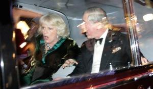 Károly walesi herceg, brit trónörökös és neje, Camilla hercegnő megrémülnek, amikor tüntetők megtámadják autójukat Londonban 2010. december 9-én.