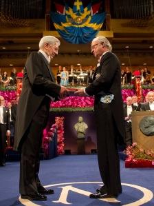 Mario Vargas Llosa perui író átveszi az irodalmi Nobel-díjat XVI. Károly Gusztáv svéd királytól Stockholmban 2010. december 10-én.