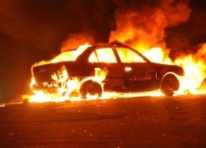 Egy felrobbantott autó lángol az egyiptomi Alexandriában 2011. január 1-jén, ahol robbantásos merényletet hajtottak végre az egyik kopt keresztény templom ellen