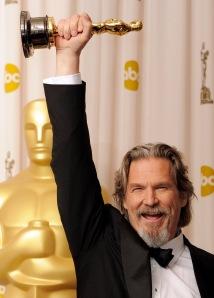 Jeff Bridges amerikai színész kezében az Oscar-díjával Los Angelesben 2010. március 7-én
