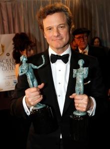 Colin Firth brit színész az elismeréseivel a kezében a SAG-díjak átadóünnepségén Los Angelesben 2011. január 31-én