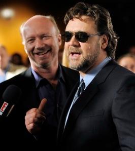 Paul Haggis amerikai rendező és Russell Crowe ausztrál színész Liam Neeson ír színész és Russel Crowe ausztrál színész A következő három nap (The Next Three Days) című filmjük bemutatóján Los Angelesben 2010. november 16-án