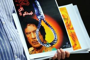 Moammer el-Kadhafi líbiai vezető ellen tüntetnek a malajziai Kuala Lumpurban 2011. február 23-án
