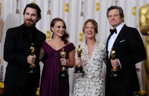 A színészi kategóriák friss Oscar-díjasai: Christina Bale brit színész, Natalie Portman és Melissa Leo amerikai színésznők és Colin Firth brit színész a 83. Oscar-díjkiosztón Los Angelesben 2011. február 27-én