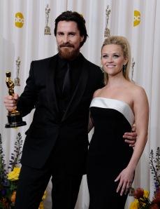 A friss Oscar-díjas Christian Bale brit színész és elismerésének átadója, Reese Witherspoon amerikai színésznő a 83. Oscar-díjkiosztón Los Angelesben 2011. február 27-én