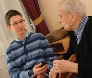 Mészáros Márton interjút készít Gallai Rezsővel, Magyarország legidősebb emberével Győrben 2011. február 12-én