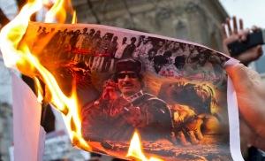Moammer el-Kadhafi líbiai vezető ellen tüntetnek Párizsban 2011. február 23-án