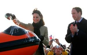 Vilmos brit herceg és menyasszonya, Kate Middleton felavatják a királyi haditengerészet mentőhajó intézetének új vízijárművét a walesi Angleseyben 2011. február 24-én