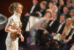 Melissa Leo amerikai színésznő átveszi az Oscar-díját a 83. Oscar-díjkiosztón Los Angelesben 2011. február 27-én
