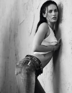 Megan Fox amerikai színésznő az olasz Armani divatcég egyik plakátján 2011 januárjában