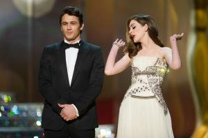 James Franco és Anne Hathaway amerikai színészek, az est házigazdái a 83. Oscar-díjkiosztón Los Angelesben 2011. február 27-én
