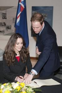 Vilmos herceg és menyasszonya, Kate Middleton bejegyzi nevét az új-zélandi földrengés áldozatainak részvétnyilvánító könyvébe Új-Zéland londoni külképviseletén 2011. február 25-én