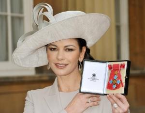 Catherine Zeta-Jones Oscar-díjas walesi színésznő, miután átvette a Brit Birodalom Rendjének parancsnoki fokozata kitüntetést (CBE) a Buckingham-palotában 2011. február 24-én