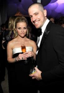 Reese Witherspoon amerikai színésznő és férje, Jim Toth az Oscar-díjak átadási ünnepségén 2011. február 27-én