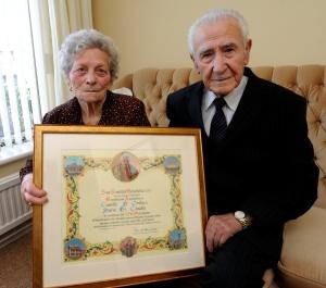 A 91 éves Camillo D'Ovido és neje a XVI. Benedek pápától kapott emléklapukkal a 70. házassági évfordulójuk után 2010. március 3-án