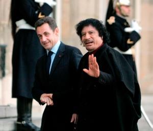 Nicolas Sarkozy francia elnök és Moammer al-Kadhafi líbiai diktátor Párizsban 2007-ben