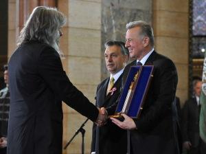 Hobo (Földes László) magyar énekes átveszi a Kossuth-díjat Schmitt Pál köztársasági elnöktől és Orbán Viktor miniszterelnöktől a Parlamentben 2011. március 14-én