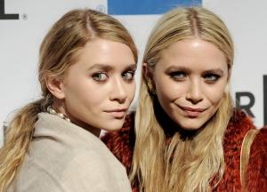 Mary-Kate Olsen és Ashley Olsen amerikai színésznők a Tribeca Filmfesztiválon New Yorkban  2011. április 21-én