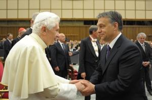 XVI. Benedek pápa fogadja Orbán Viktor magyar miniszterelnököt Vatikánvárosban 2011. május 27-én