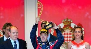 II. Albert, Monaco uralkodó hercege, a német Sebastian Vettel és a herceg unokahúga, Charlotte Casiraghi a Forma-1-es autós gyorsasági világbajnokság Monacói Nagydíjának eredményhirdetésén 2011. május 29-én
