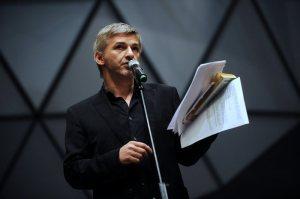 Alföldi Róbert azt a bizonyos ominózus sajtótájékoztatóját tartja a Nemzeti Színházban 2011. május 25-én