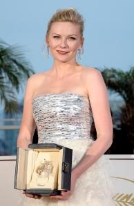 Kirsten Dunst amerikai színésznő a legjobb női alakítás díját fogja a 64. Cannes-i Nemzetközi Filmfesztiválon 2011. május 22-én