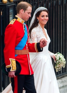 Vilmos brit herceg és felesége, Kate Middleton távozik esküvőjükről a londoni Westminster-apátságból 2011. április 29-én