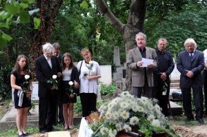 Családtagok Szöllõsy Irén Jászai Mari-díjas bábművész, színésznő temetésén a Farkasréti temetõben 2011. június 28-án