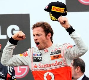 Jenson Button, a McLaren Mecedes brit versenyzője ünnepel a Forma-1-es autós gyorsasági világbajnokság Kanadai Nagydíjának futamán 2011. június 12-én