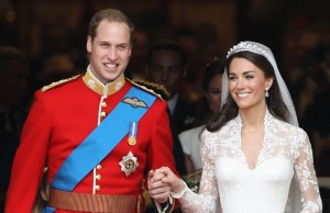 Vilmos brit herceg és felesége, Katalin hercegnő esküvőjükről távoznak Londonban 2011. április 29-én