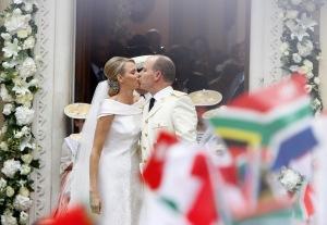 II. Albert, Monaco uralkodó hercege és dél-afrikai neje, Charlene hercegnő távozik a hercegi palota díszudvarán tartott egyházi esküvőjükről 2011. július 2-án