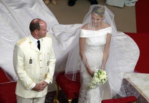 II. Albert, Monaco uralkodó hercege és dél-afrikai neje, Charlene hercegnő a hercegi palota díszudvarán tartott egyházi esküvőjükön 2011. július 2-án