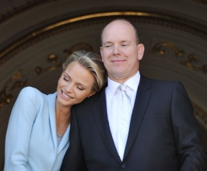 II. Albert, Monaco uralkodó hercege és dél-afrikai felesége, Charlene Wittstock polgári esküvőjük után a monacói hercegi palota erkélyén 2011. július 1-jén