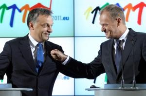 Orbán Viktor magyar kormányfő és Donald Tusk lengyel miniszterelnök sajtótájékoztatójukon Varsóban 2011. július 1-jén