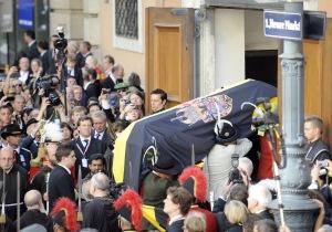 Habsburg Ottó főherceg, az utolsó osztrák-magyar trónörökös koporsója érkezik a Habsburgok hagyományos temetkezési helyére, a Kapucinusok templomának kriptájába Bécsben 2011. július 16-án