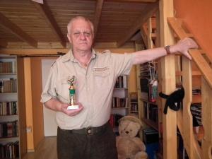 Földi Pál honvédezredes, hadtörténeti író kezében az általam létrehozott Arany Medál-díjjal a szobámban 2011. július 12-én