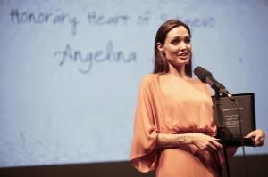 Angelina Jolie amerikai színésznő kitüntetésével a 17. szarajevói nemzetközi filmfesztiválon 2011. július 30-án