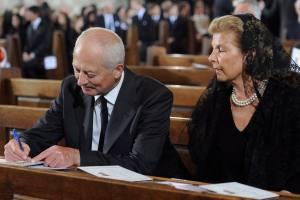 II. János Ádám, Lichtenstein uralkodó hercege és neje, Mária hercegnő beleír a füzetembe Habsburg Ottó főherceg, az utolsó osztrák-magyar trónörökös temetésén a bécsi Szent István-székesegyházban 2011. július 16-án